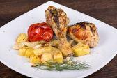 Gegrilde kip benen met aardappelen en groenten — Stockfoto