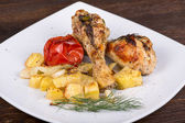 Grilled chicken legs with potato and vegetables — Stok fotoğraf