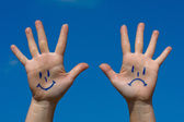 Hände mit einem lächeln und traurigkeit muster — Stockfoto