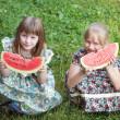 可爱的两个小女孩吃西瓜 — 图库照片