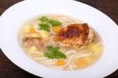 куриный суп с лапшой и овощами — Стоковое фото