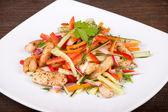 Zeleninový salát s kuřecím masem — Stock fotografie