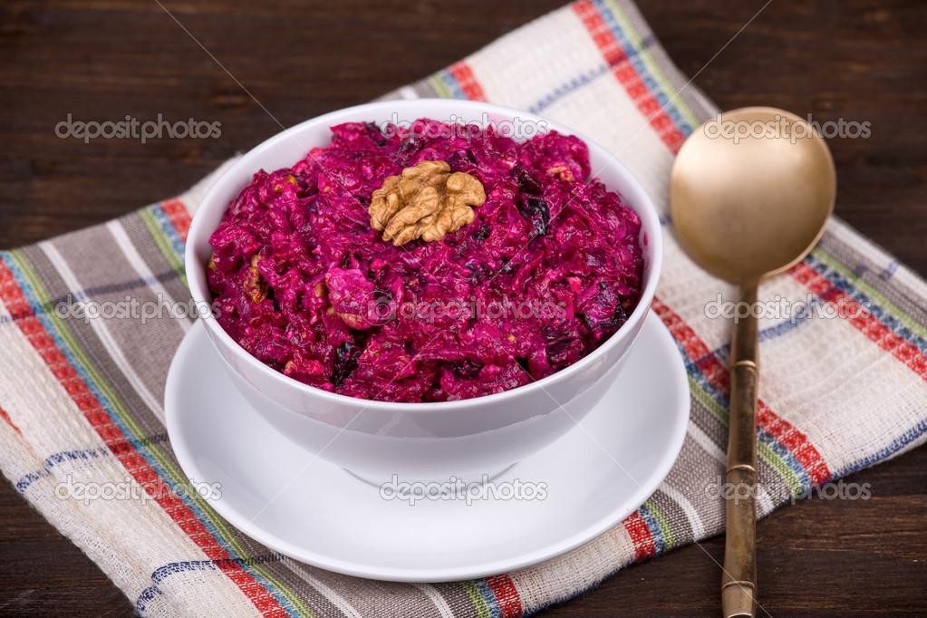 Салат орех и изюм