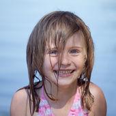 Feliz sorridente menina adorável de férias de praia — Fotografia Stock