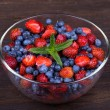 Strawberries and blueberries — Stock fotografie