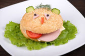 Fun food for kids - hamburger looks like a funny muzzle — Foto de Stock