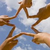 Hvězda z rukou nad modrá obloha — Stock fotografie