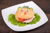 весело пищи для детей - гамбургер выглядит как смешные морды — Стоковое фото