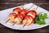 Chicken and vegetable kabobs — Stock Photo