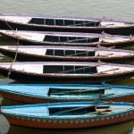 старые лодки на коричневой воды Ганга реки, Варанаси, Индия — Стоковое фото
