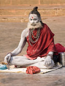 Indian sadhu (holy man). Varanasi, Uttar Pradesh, India. — Стоковое фото