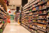 řady výrobků v supermarketu siam paragon v bangkok, thajsko. — Stock fotografie
