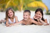 Happy children enjoy summer day at the beach — Stock Photo