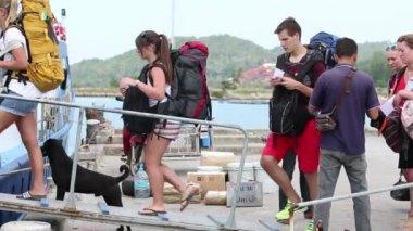 Unidentified tourists swim away from the island Phangan — Stock Video