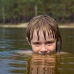 关闭的年轻漂亮的女孩,与水中的美丽微笑 — 图库照片