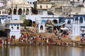 PUSHKAR, INDIA - NOVEMBER 18: people at ritual washing in the holy lake on November 18,2012 in Pushkar, India. A ritual bath in the lake is considered to lead one to salvation. — Stock Photo