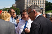 Lithuanian Foreign Minister Linas Linkevicius meets with protesters on Independence Square in Kiev — Stock Photo