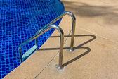 Escada de piscina e piscina — Fotografia Stock