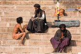 Sadhu sits on the ghat along the Ganges river in Varanasi, India. — Stockfoto
