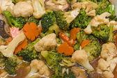 Salade van broccoli met wortel en paddestoelen — Stockfoto