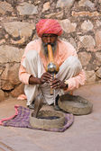 Snake charmer is playing the flute for the cobra in Jaipur, India — Stock Photo