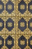 装饰黄金门。黄金装饰的基辅佩乔尔斯克修道院-教科文组织世界遗产名单上的著名寺院中安息大教堂的大门。乌克兰具有里程碑意义. — 图库照片