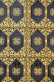 Porte ornée d'or. décor d'or de la porte de la cathédrale de la dormition de la laure de petchersk - célèbre monastère inscrit sur la liste du patrimoine mondial de l'unesco. point de repère ukrainien. — Photo