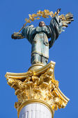 Independence monument in Kiev, Ukraine. This is a statue of an angel, made of copper, and gold plated, standing on a tall pillar, in the center of Kiev, Ukraine. — Stock Photo