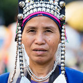 Unidentified Akha indigenous hill tribe woman in traditional clothes sells souvenirs , Thailand — Stock Photo