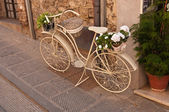An old white bike on the street — 图库照片