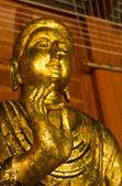 Gyllene buddha staty — Stockfoto