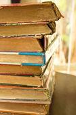 Eski kitaplar yığını — Stok fotoğraf