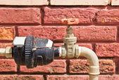 Su sayacı ile eski su vanası — Stok fotoğraf