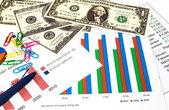 金融图表,我们美元的钱和一支蓝色的钢笔. — 图库照片