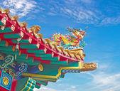 статуя дракона на крыше храма китай — Стоковое фото
