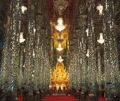Golden Buddha statue at Cathedral glass, Temple in Thailand — Stockfoto