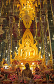 Golden Buddha statue at Cathedral glass, Temple in Thailand — ストック写真