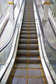 Nahoru dolů kroky eskalátoru — Stock fotografie