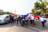 Die große gruppe von demonstranten zu an straßen — Stockfoto