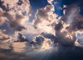 Raios de luz que brilha através das nuvens escuras — Fotografia Stock