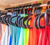 Kleider hängen auf einem Regal — Stockfoto