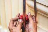 Repairman cut the copper pipe — Foto Stock