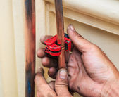 Repairman cut the copper pipe — 图库照片