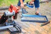 Arbetare skära metall med kvarn — Stockfoto