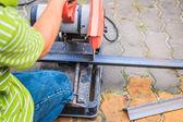 金属グラインダーの切削ワーカー — ストック写真