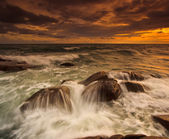 Coucher de soleil sur les rochers de la mer — Photo