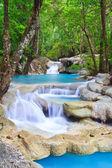 Arroyo azul y cascada en el bosque — Foto de Stock