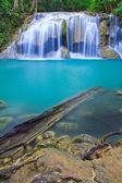 瀑布和蓝流 — 图库照片