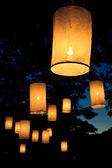 Loating фонарь в небе — Стоковое фото
