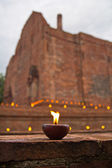 Candle lit Old Thai temple — Stockfoto